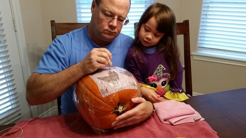 Daddy is carving the pumpkin.